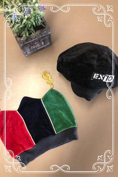 2 mutsjes in zwart en blauw/groen/rood