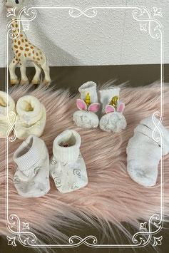 2 paar sokjes en 2 paar slofjes in wit en beige - van 0 - 3 maanden