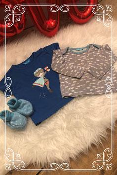 Blauw shirtje hema- maat 68 en grijze longsleeve van de hema- maat 62 met bijpassende slofjes