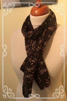 Bruin sjaaltje met goudkleurige blaadjes