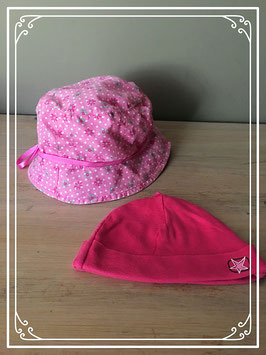 Twee schattige roze baby mutsjes
