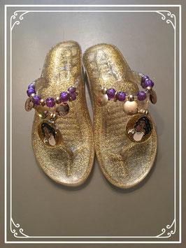 Nieuw: goudkleurige slippertjes van Esmeralda - maat 32