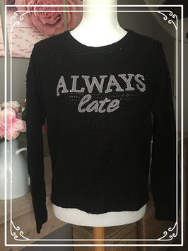 Zwart gebreide trui met de tekst 'Always late' van FBsister - Maat S