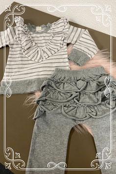 Leuk wit met grijs gestreept truitje met bijpassend broekje maat 68