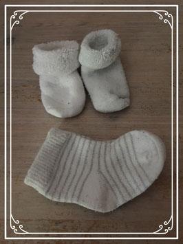 Eerste baby slofjes en gestreepte sokjes