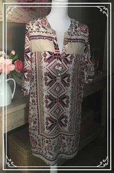 Beige jurk met vrolijke print van Izally fashion - Maat L