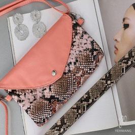 Nieuw: Een fleurig schoudertasje - uitgevoerd in een gladde kunstleren slangenprint van Yehwang