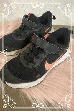 Zwarte sneakers van Nike met roze logo maat 31