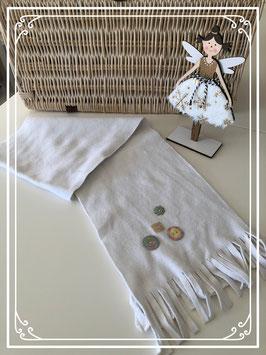 Witte sjaal met plastic knoopjes en franjes