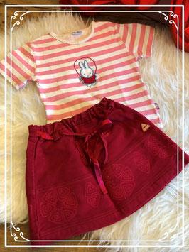 T-shirt van nijntje wit met roze strepen en een rode rokje met elastiek in maat 74.