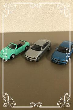Drie gekleurde speelgoedautootjes