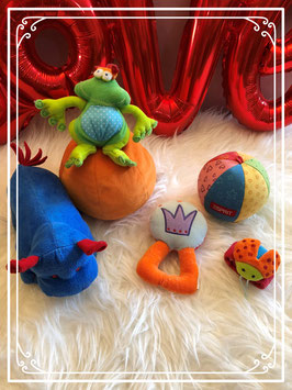 Kikker op oranje bal en met nijpaard en nog paar knuffels