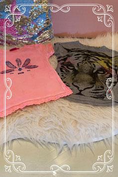 Grijs shirt met tijger van Name it maat 104 en roze shirt van Jubel maat 98