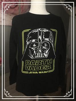 Een zwart shirt met DARTH VADER - Maat 134-140
