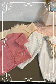Wit broekje met zachtroze truitje en roze vestje maat 56