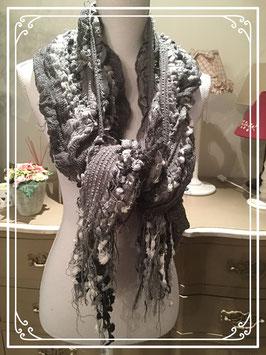Grijze sjaal met bolletjes