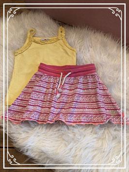 Geel hemdje met vrolijk rokje van verschillende merken - Maat 104