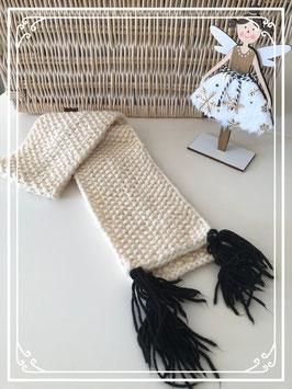 Gebreide sjaal met vier zwarte  pompons