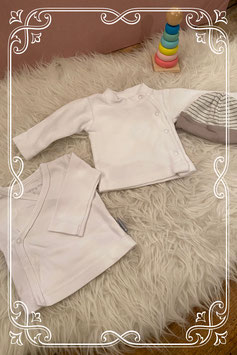 Setje van twee witte shirtjes van BABY CLUB en  LITTLE LABEL met nieuw mutsje van  NOPPIES - maat 50-56