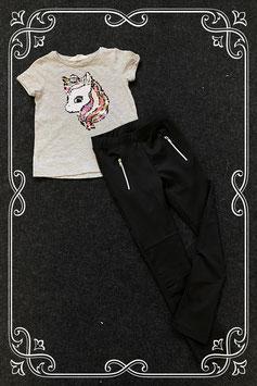 Leuk grijs shirt met unicorn van H&M en zwarte broek met ritsen in maat 104
