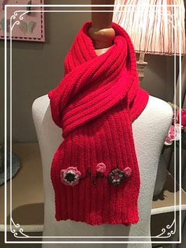 Nieuw: rode sjaal met bloemetjes opgenaaid van terStal
