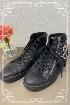 Leuke zwarte sneakers met studs van Moony Mood maat 40