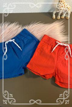 2 leuke korte broekjes in het rood en blauw maat 68