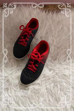 NIEUW: Stoere zwart-rode schoentjes van Kipsta - Maat 29
