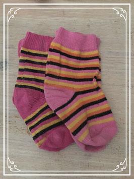 twee paar roze gestreepte sokjes