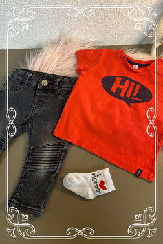 Zwarte broek van Hema met rood shirt van Newborn en bijpassende sokjes maat 62