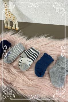 4 paar sokken in wit - grijs en blauw van o.a. Noppies en Bambino - 0-12 maanden