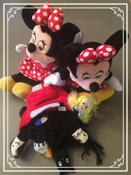 Twee Minnie Mouses (28 cm) en speelhandschoen
