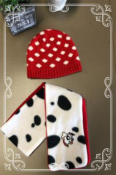 Rood wit gestipte muts met sjaal van De Dalmatiers