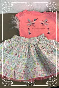 Leuk setje: Roze shirt met vrolijk gekleurde rok maat 86