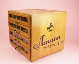 kleine antike Vitrine mit Schubladen aus Holz: Amann Nähseide