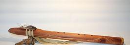 """Flöte 520 """"Eastern Red Cedar mit handgeschnitzter Feder"""" Dis tief 432 Hz"""