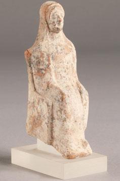 Estatuilla cerámica de dama sedente. Grecia Siglos V - IV A.C.