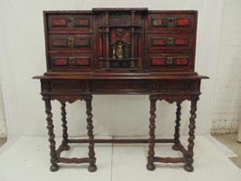 Escritorio con incrustaciones de caparazón de tortuga, adornos en latón y bronce siglo XVIII