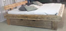 Altholzbalkenbett mit Schublade