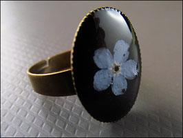 Vergissmeinnicht Blüten Ring auf Schwarz
