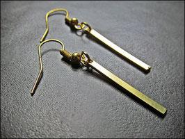 Kleine Stäbchen, goldene Ohrringe