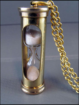 Kleine Sanduhr an Kette golden oder silbern