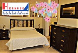 Dormitorio matrimonio con cabecero tapizado flores.