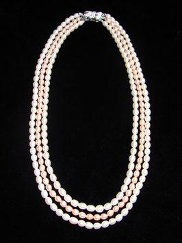 Wunderschöne dreireihige Perlenkette mit Design-Echtsilberverschluss