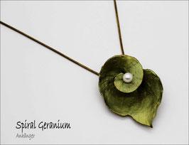 *Spiral Geranium Anhänger mit Kette