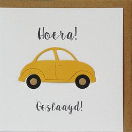 GESLAAGD Gele auto