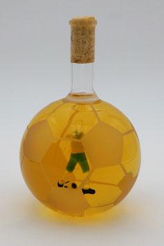 """Glasfußball mit Qualitätswein """"Furmint"""" und Fußballer im Inneren der Flasche"""