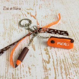 Porte clé Trousse et crayon... orange et choco... ref. PLUI