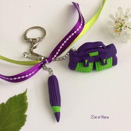 Porte clé Cartable et crayon... violet et vert... (ref. THI)
