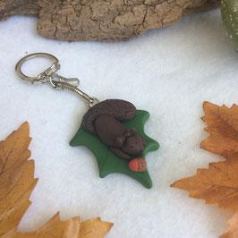Porte clé petit écureuil sur feuille